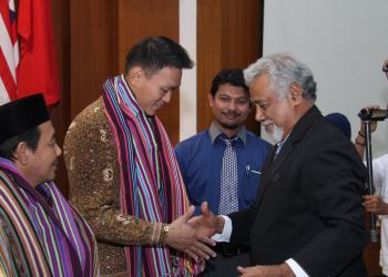 A warm embrace between Mr. Xanana and Mr. Chong